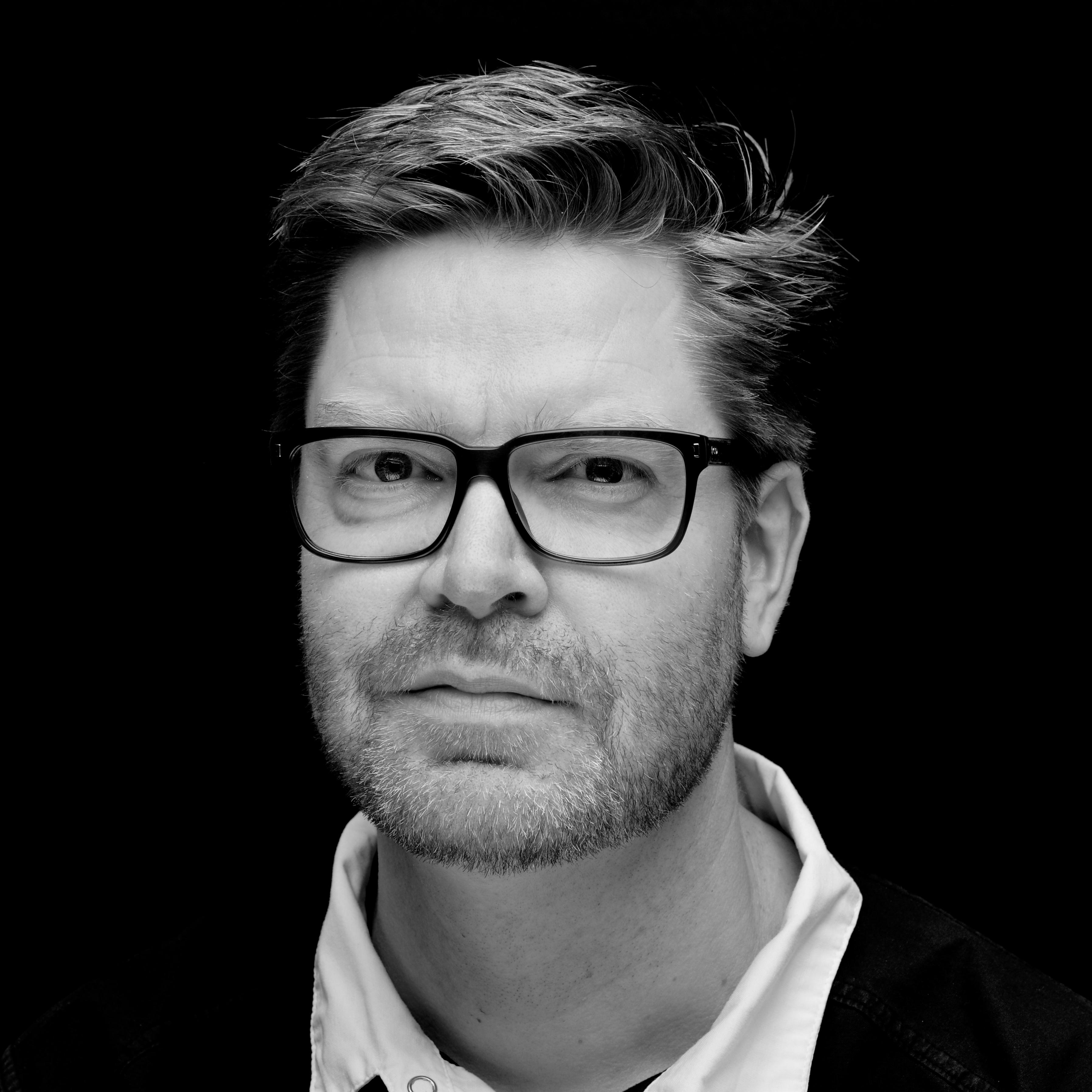 Kenneth Kristiansen var ferdig utdannet tanntekniker i 1991 f.kr. Kristiansen har vært i Lillestrøm Tannteknikk siden 2004. Som daglig leder har han hovedansvaret for den daglige driften og pasientoppfølging. Generell kompetanse: avtagbare- og keramiske tannerstatninger, samt implantatbaserte tannerstatninger. Spesialkompetanse: pasientrådgiving, behandlingsplanlegging, dental fotografering, digital designing, dentale materialer. Med sin spesialkompetanse (innen fotografering) holder Kenneth kurs og foredrag nasjonalt og internasjonalt. «Min verdi er å alltid lytte til pasienten sine ønsker, behov og forventninger. Yrkesstoltheten min ligger i gjøre det maksimale ut av hvert arbeide, slik at våre produkter overgår pasientens forventninger. For oss er hver pasient unik, og hver pasient skal få unik behandling.»